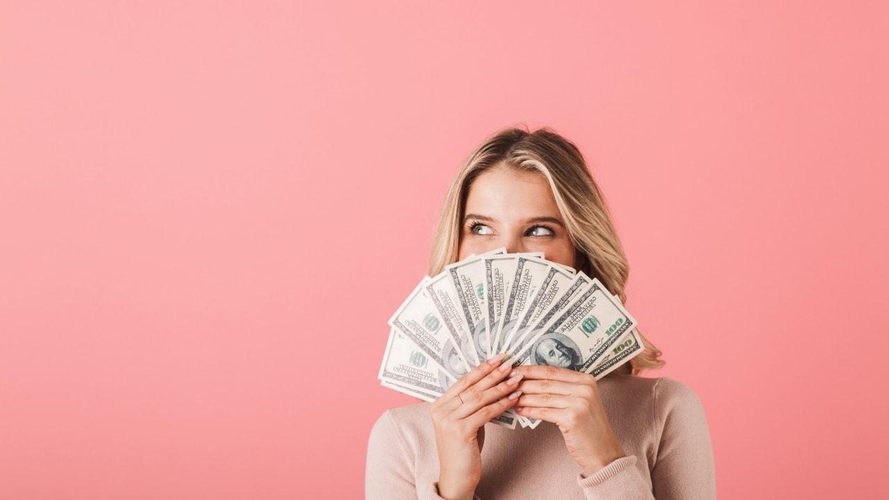 お金を持っている女性の画像