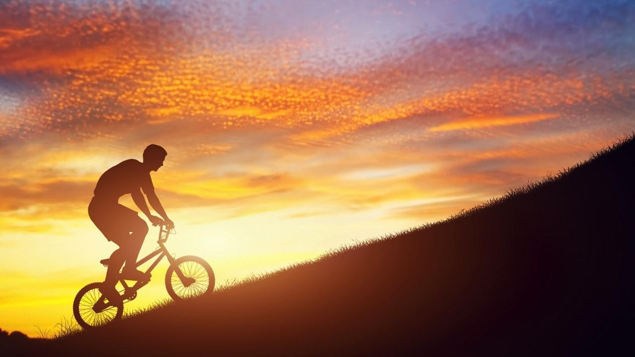 自転車で坂道を上っているいる画像