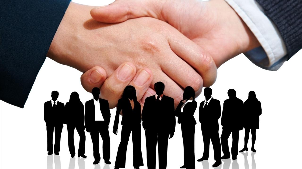 商談で握手している画像
